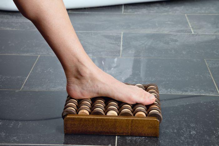Rolling- entspannende Reflexzonenmassage für Ihre Füsse- der Holz Fussmassageroller mit 7 Achsen mit jeweils 15 Rollen
